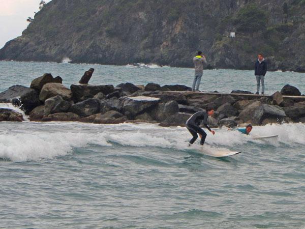 Wellenreiten Levanto Italien kleine Wellen