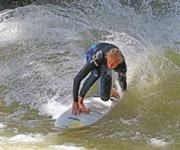 Radikales Surfen am Eisbach
