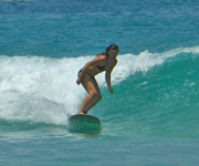 Surfboard Girl kleine Welle